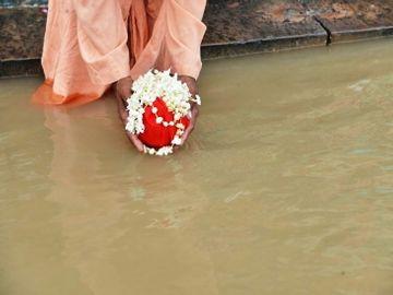ગંગામાં અસ્થિઓનું વિસર્જન મોક્ષ આપનાર કેમ માનવામાં આવે છે? ધર્મ,Dharm - Divya Bhaskar