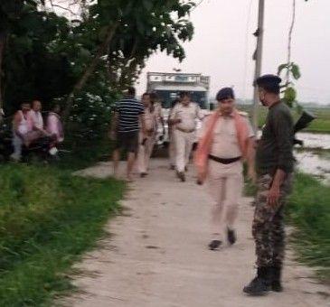 गांव में कैम्प करती पुलिस।