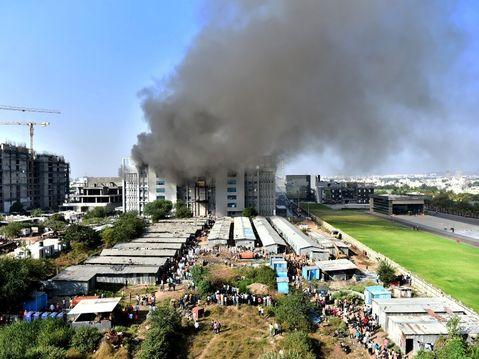 मजदूर बोला- हम लोगों को बचाने आए सुपरवाइजर लपटों में घिर गए, हमने इमारत से कूदकर जान बचाई|महाराष्ट्र,Maharashtra - Dainik Bhaskar