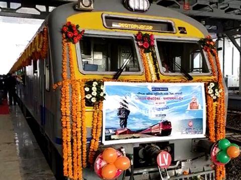 સ્ટેચ્યૂ ઓફ યુનિટીને દેશ સાથે જોડતી 8 ટ્રેનને પીએમ મોદી રવાના કરી, દેશના પહેલા ગ્રીન બિલ્ડીંગ રેલવે સ્ટેશનનું વર્ચ્યુઅલ લોકાર્પણ કર્યું|વડોદરા,Vadodara - Divya Bhaskar