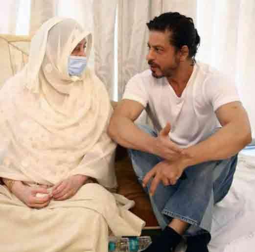 शाहरुख खान और सायरा ने कुछ देर बात की