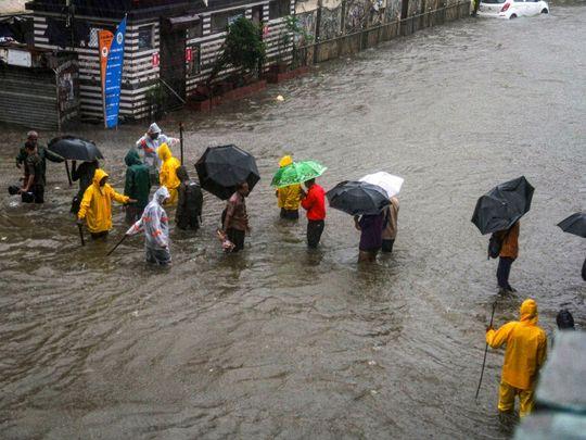 भारी बारिश के साथ 107 किमी/घंटे की रफ्तार से चलीं हवाएं, घर और सड़कें पानी में डूबे; दो लोकल ट्रेनें फंसने के बाद 40 लोगों को बचाया गया
