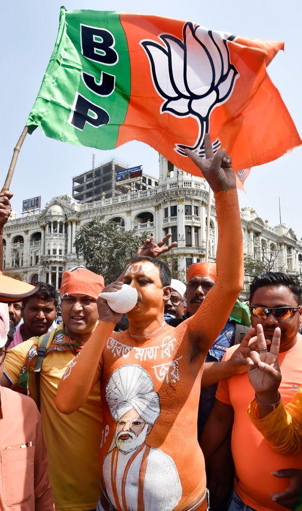 शरीर को सिंदूरी रंग में रंगवाकर पहुंचे इस शख्स ने अपने शरीर पर PM नरेंद्र मोदी की पेंटिंग बनवा रखी थी। यह रूप देखकर समर्थकों की भीड़ उसके आसपास जुट गई।