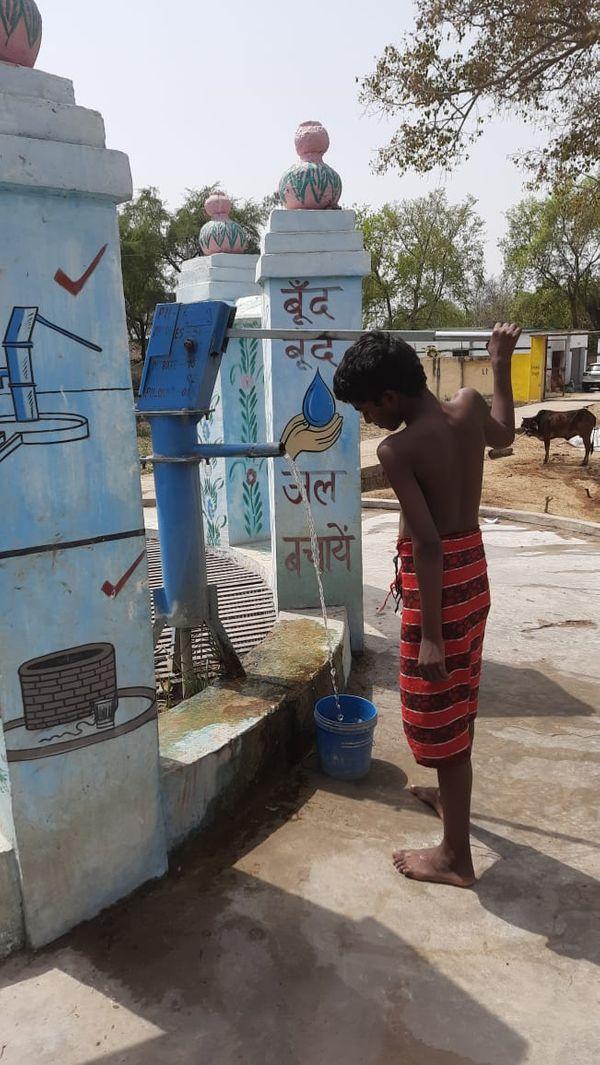 डेढ़ दशक पहले तक सूखे से परेशान जखनी गांव के हर कोने में अब इस तरह के कुएं और हैंडपंप लगे हैं। इस तकनीक से गांव का भूजल भी रिचार्ज होता रहता है।