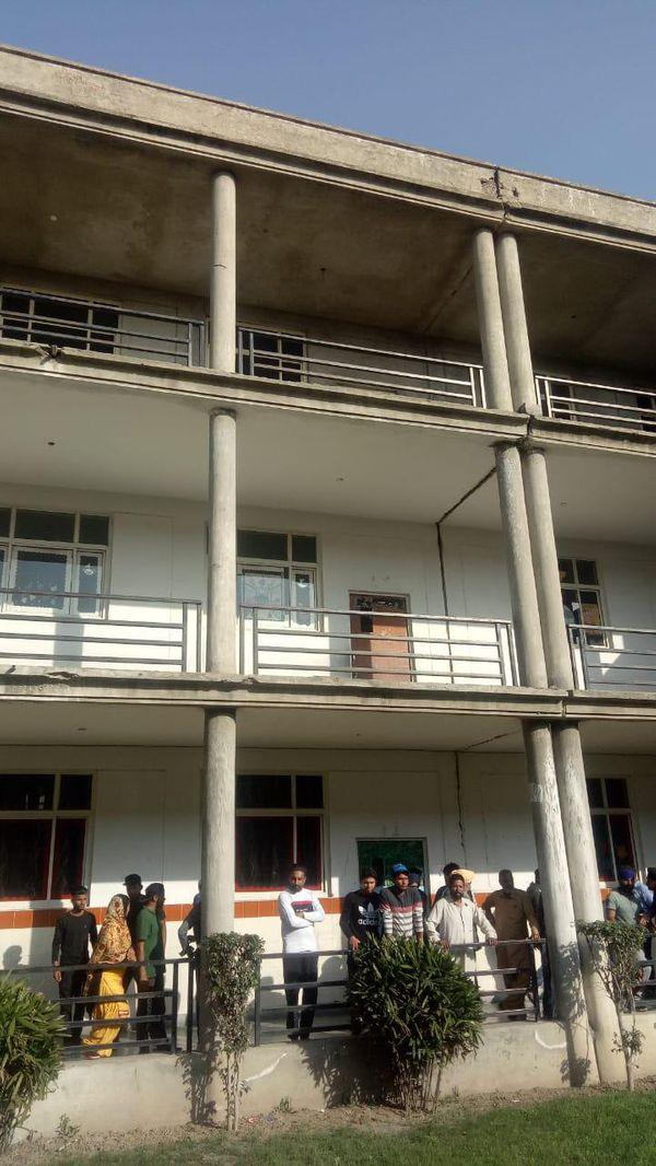 बिल्डिंग की छत, जहां से छात्रा ने छलांग मारी