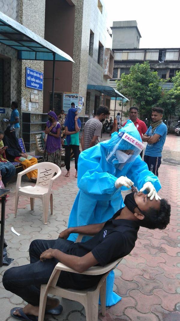 કોવિડ ટેસ્ટિગ કામગીરીમાં પણ નર્સિંગ સ્ટાફની મહત્વની કામગીરી રહી (ફાઇલ ફોટો)