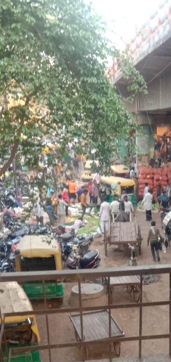मंगलवार सुबह लक्ष्मीगंज सब्जी मंडी में इस तरह भीड़ रही, ऐसा रहा तो कैसे संक्रमण को फैलने से रोका जा सकेगा