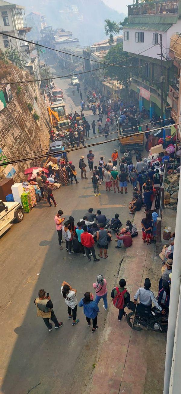 लोग घरों से अपना सामान लेकर सड़कों पर चले आए।