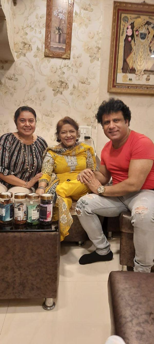 अभिनेता, दिग्दर्शक अरविंद कुमार आणि त्यांच्या पत्नी नीलू वाघेला यांच्यासोबत सरोज खान.