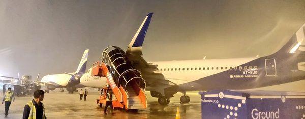 दिल्ली-अहमदाबाद और मुंबई अहमदाबाद के साथ एक चार्टर्ड प्लेन को सूरत डायवर्ट करना पड़ा।
