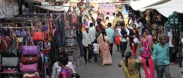 लक्ष्मीनगर इलाके में कुछ भीड़ जरूर देखने को मिली।