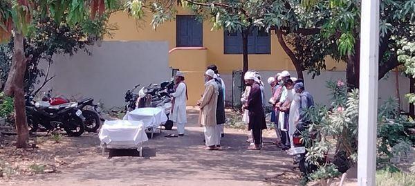 गुरुवार को, 17 जनाज़े ज़ादा कब्रिस्तान में अकेले पहुंचे