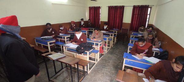 सेंट सोल्जर स्कूल में सोशल डिस्टेंस रख क्लासरूम में पढ़ाई करते स्टूडेंट्स