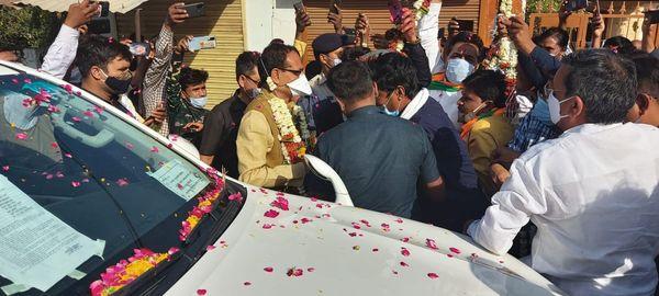 घर के सामने मुख्यमंत्री चौहान का स्वागत करते सतीश नायक।