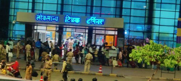 पुलिस वाले बगैर टिकट वालों को डंडा मारकर भगा रहे थे।