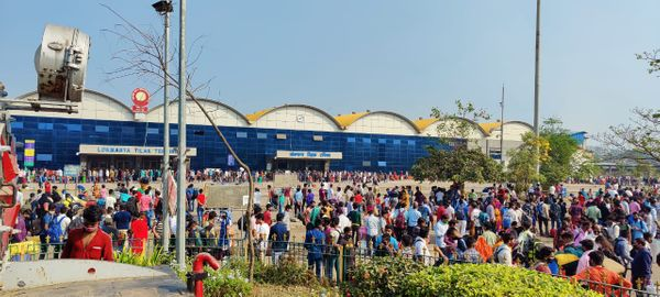 ये फोटो 15 अप्रैल की सुबह 9 बजे की है। जब लोग घर जाने के लिए अपनी ट्रेन का इंतजार कर रहे थे।