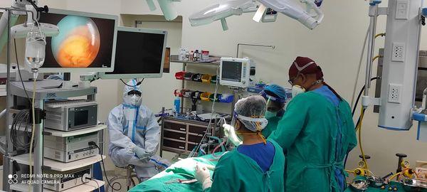 IGIMS में ब्लैक फंगस का ऑपरेशन करती डॉक्टरों की टीम।