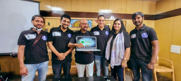 सैयद किरमानी और उनकी टीम ने अपना YouTube चैनल लॉन्च करते हुए।