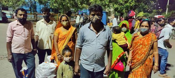 બિહાર જવા માટે ઘરેથી નિકળેલા પપ્પુ કુમાર સિંહ તેમના પરિવાર સાથે