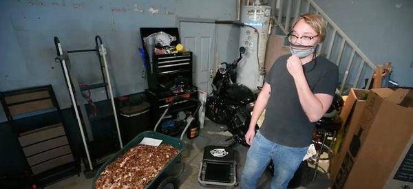 એન્ડ્રસ દરરોજ રાતે સિક્કાઓ પર લાગેલું ઓઈલ સાફ કરવાનું કામ કરે છે