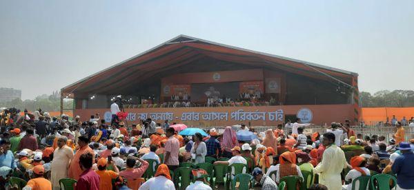 ब्रिगेड ग्राउंड पर मोदी के लिए बनाया गया मंच। बंगाल के 50 से ज्यादा लीडर्स भी मौजूद रहेंगे।