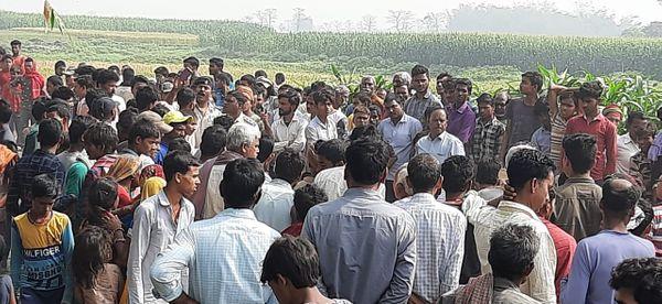 घटनास्थल पर उमड़ी ग्रामीणों की भीड़।