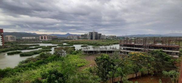 मुंबई के कई इलाकों में इसी तरह के काले बादल छाए हुए हैं।