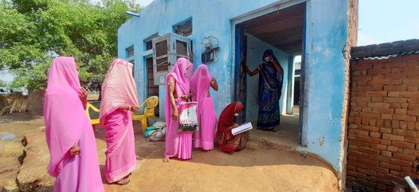स्व सहायता समूह की महिलाएं, जो लोगों की सेहत और आने-जाने वालों पर लगातार नजर रखती हैं।