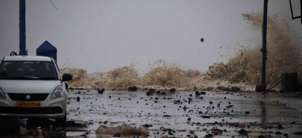पश्चिम बंगाल के पूर्वी मेदिनीपुर में समुद्र के तट पर उठती ऊंची लहरें। तूफान से यहां ढेर सारा कचरा समंदर से सड़कों पर आ गया।