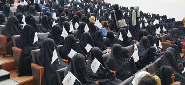 लेक्चर में मौजूद हर युवती के हाथ में तालिबान का झंडा था।