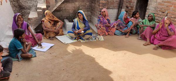 राजाभैया वर्मा के घर में स्वयं सहायता समूह की महिलाओं के साथ बैठक करती उनकी पत्नी पुष्पा। पहले गांव की महिलाओं को कई किलोमीटर चलकर पानी लाना होता था।