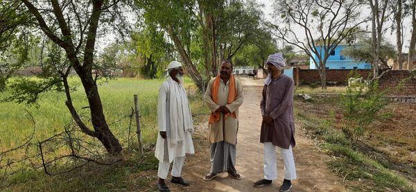 जखनी गांव में पानी की क्रांति को बरकरार रखने में गांव की जलग्राम समिति की खास भूमिका है। इसके सदस्य अली मोहम्मद, अशोक अवस्थी और उमाशंकर पांडेय चर्चा करते हुए।