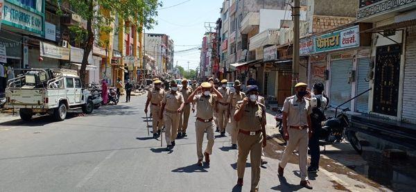 पुलिस ने शहर में फ्लैग मार्च निकाल कर दिया घर में रहने का संदेश।