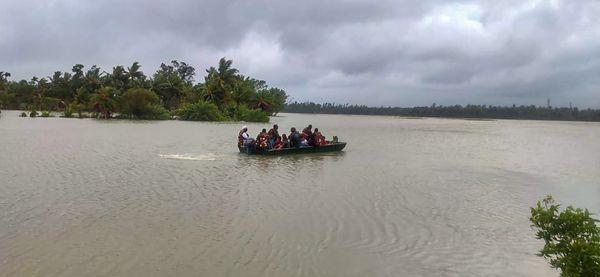 पूर्वी मेदिनीपुर में नाव की मदद से रेस्क्यू ऑपरेशन चलाकर लोगों को बचाते आर्मी के जवान।