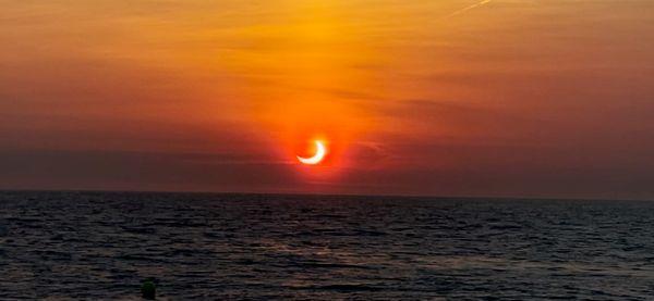 अमेरिका के न्यू जर्सी में समुद्र के ऊपर सूर्यग्रहण की दूसरी शानदार तस्वीर।