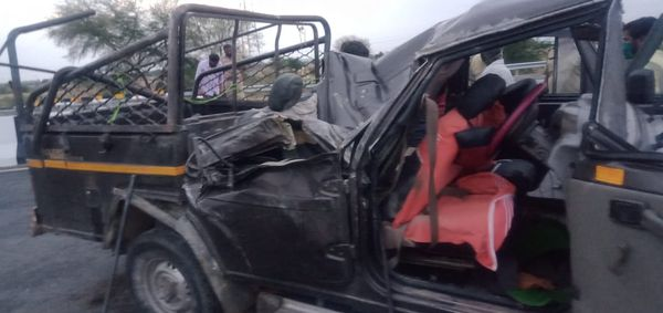 दुर्घटना के बाद सड़क पर पड़ी कैंपर गाड़ी।