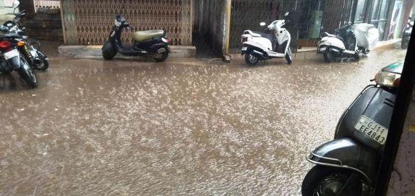 જૂનાગઢની બજારના રસ્તા પર વરસાદી પાણી વહેવા લાગ્યાની તસ્વીર