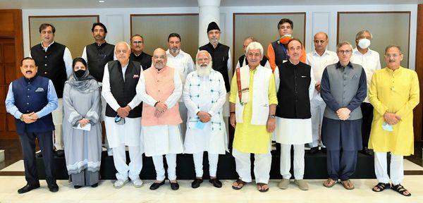 बैठक में शामिल जम्मू-कश्मीर के 8 दलों के नेता। साथ में हैं प्रधानमंत्री मोदी, गृहमंत्री अमित शाह और जम्मू-कश्मीर के उपराज्यपाल मनोज सिन्हा।