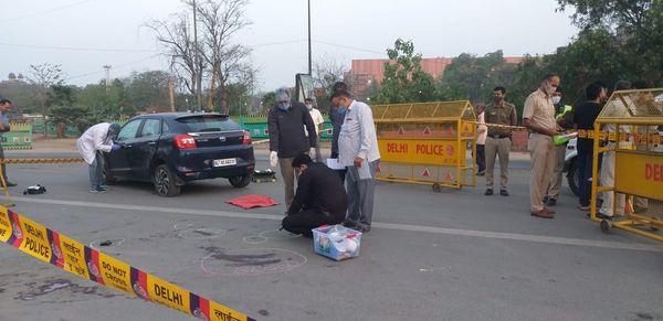भैरो मार्ग पर शूटआउट के बाद पुलिस के अलावा फॉरेंसिक विभाग की टीम भी जांच करने पहुंची।