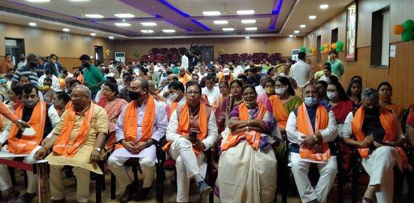 भाजपा के स्थापना दिवस में शामिल नेता और कार्यकर्ता।