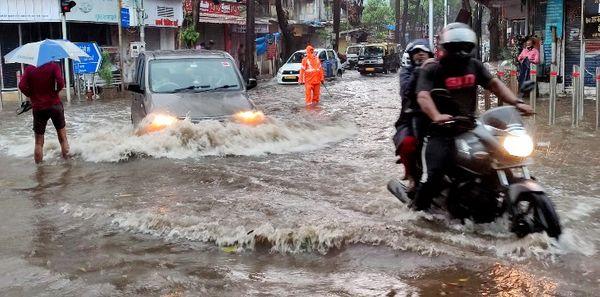 पश्चिम मुंबई के कई इलाकों में सड़कों की स्थिति कुछ ऐसी रही।