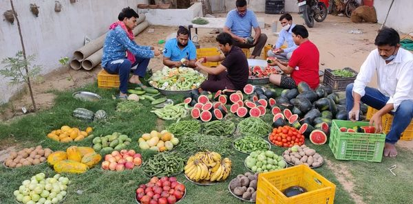 गांव के युवाओं की टीम ने बहुत ही शिद्दत से इन फलों काे प्रसाद के रूप् में तैयार किया।