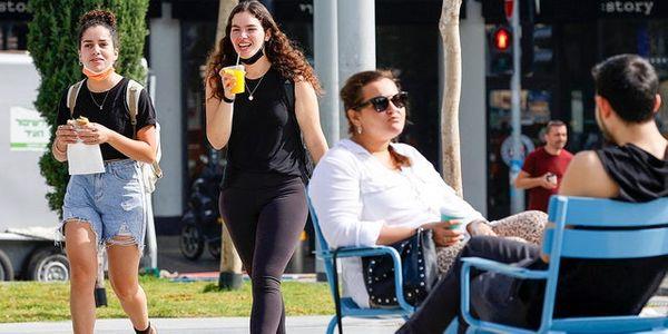 इजरायल में दिसंबर 2020 में टीकाकरण शुरू हुआ, जिसमें 53 प्रतिशत से अधिक लोग टीका की दोनों खुराक लेते हैं।