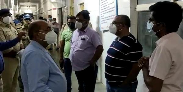 हॉस्पिटल के कोविड वार्ड में ऑक्सीजन खत्म होने की सूचना पर रात को पहुंचे कलेक्टर, एसपी, सीएमएचओ सहित अन्य अधिकारी गण।