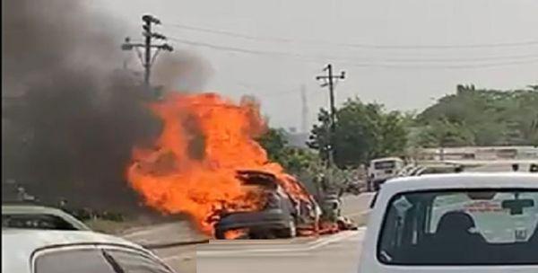 कार और ऑटो रिक्शा दोनों जलकर खाक हो गए।