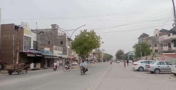 बीकानेर के नापासर में गर्मी के कारण सूनी पड़ी सड़कें। फोटो: विनोद शर्मा