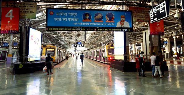 भीड़ पर कंट्रोल के लिए रेलवे की कड़ाई का असर भी अब नजर आने लगा है।