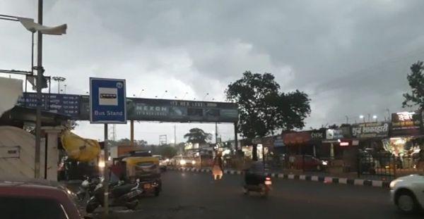 दोपहर बाद छिंदवाड़ा में भी काले बादल छा गए। दिन में लोगों को घर की लाइट जलानी पड़ी।