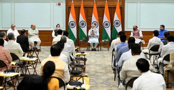 प्रधानमंत्री नरेंद्र मोदी के आवास पर शाम को शपथ लेने वाले मंत्रियों की मीटिंग हुई। इसमें गृह मंत्री शाह और भाजपा अध्यक्ष जेपी नड्डा मौजूद रहे।