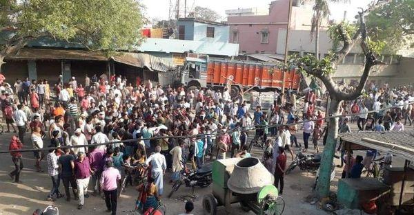हादसे के बाद घटनास्थल पर लगी लोगों की भीड़।